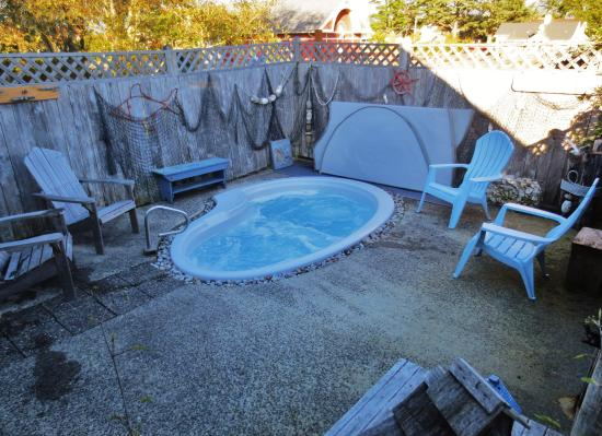 Boardwalk Cottages: Hot Tub