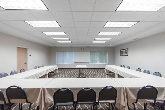 كومفورت سويتس إيربورت: Meeting room