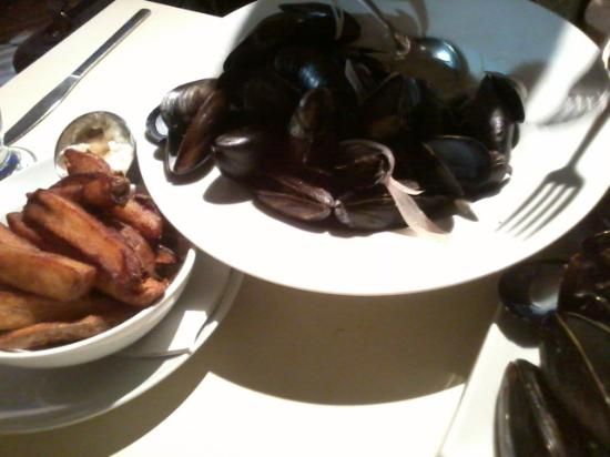 Le Magasin General: Moules Marinieres <3 mmmm with a white wine broth