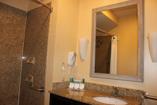Powder Springs, GA: Wheelchair Accesable Bathroom