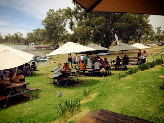 Waikerie, Austrália: Dining on the river bank