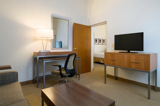 Hummelstown, بنسيلفانيا: 2 Queen Beds, One Bedroom Suite Living Area