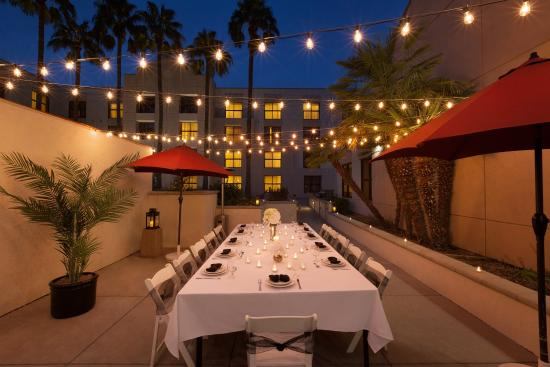 Radisson Hotel Phoenix / Chandler: CHAZPatio Dinner Set Up