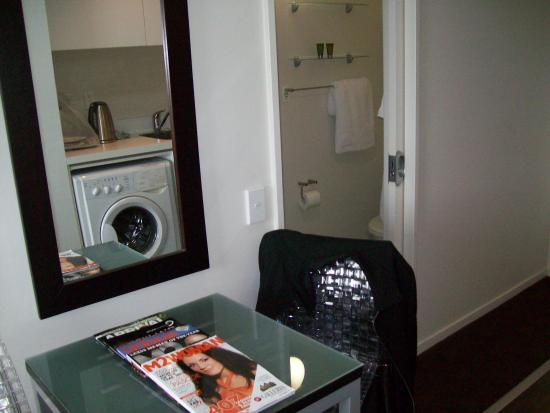 The Quadrant Hotel and Suites Auckland: Small dining table. Sliding door behind leading to shower & toilet