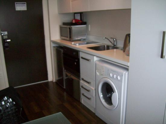 The Quadrant Hotel and Suites Auckland: Kitchen complete with dishwasher & front loader washing machine.