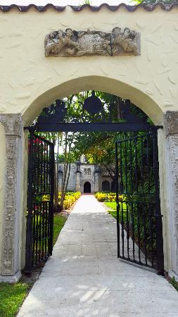 North Miami Beach, FL: Gated archway
