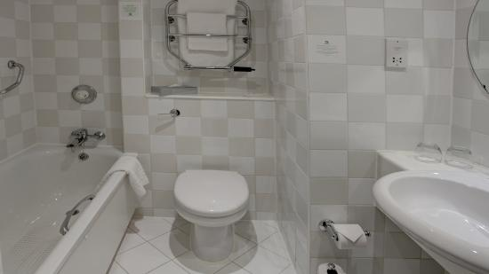 Holiday Inn - Coventry M6, Junction 2: Guest bathroom