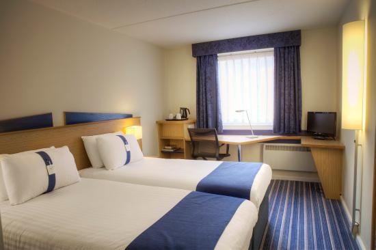 Holiday Inn Express Glasgow City Centre - Theatreland: Twin room with flat screen TV featuring BT Sport