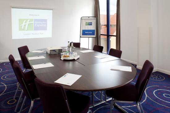 Holiday Inn Express London-Newbury Park: Boardroom