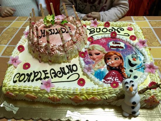 Martano, Italia: Eccezionale Torta di Pasticceria -Buon Compleanno- decorata con Frozen - il Regno di Ghiaccio -