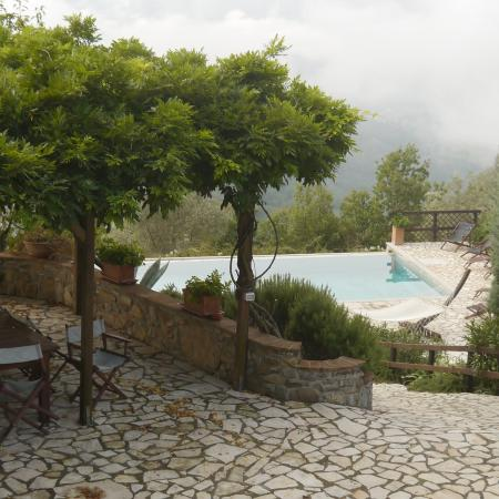 Fivizzano, Italie : The pool from the patio