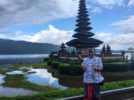 Nusa Dua Peninsula, Indonesië: Agus at Lake Bratan temple