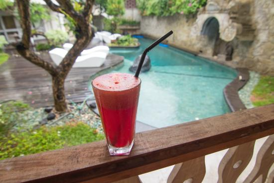 Villa Kresna Boutique Villas: Each morning we would have a fresh juice in the breakfast area overlooking the gorgeous pool.