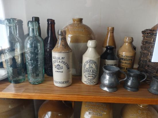 County Louth, Irlande : Old bottles