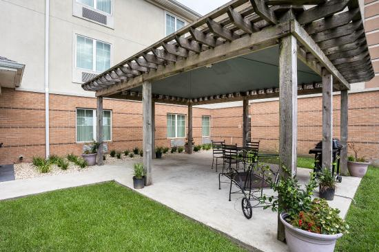 MainStay Suites: Hotel patio