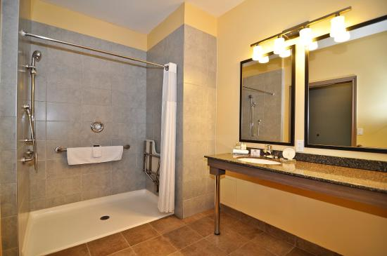 BEST WESTERN PLUS Liverpool Hotel & Conference Centre: Mobility Accessible Bathroom