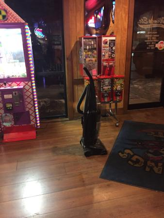 Plymouth, IN: What is wrong with a restaurant that brings out the vacuum 40 minutes prior to closing while cus