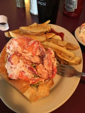 Lewiston, Мэн: Lobster Roll with Fries and Cole Slaw!