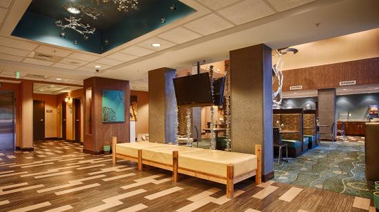Best Western Plus Chain Of Lakes Inn & Suites: Lobby