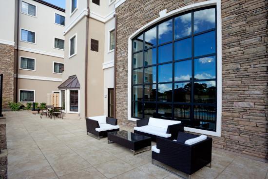 Staybridge Suites San Antonio Sea World: Guest Patio and Courtyard