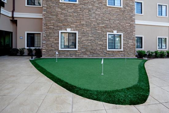 Staybridge Suites San Antonio Sea World: Putting Green
