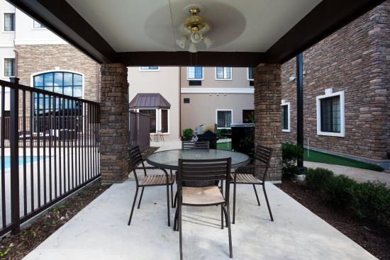 Staybridge Suites San Antonio Sea World: Guest Patio and BBQ Area