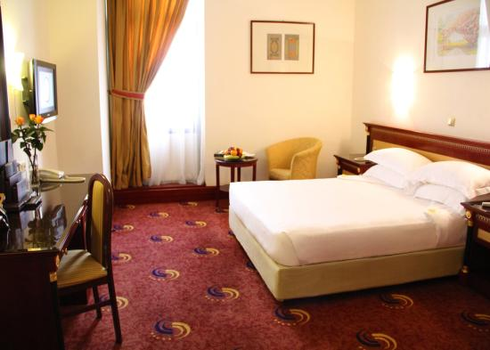 Hotel Al Shohada: Queen Bed at Al Shohada Hotel Mecca