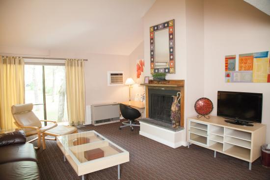 Interlaken Inn: Vineyard Townhouse Suite - Living Room