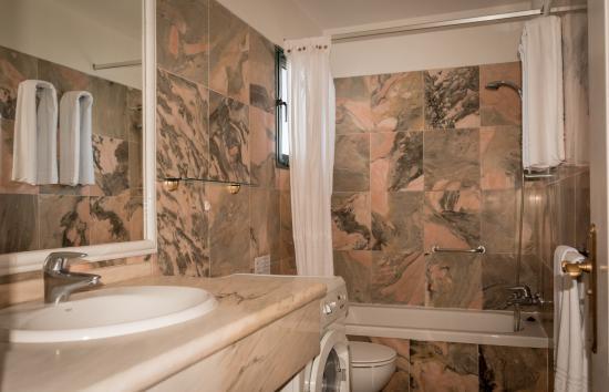 Club Tarahal: Marble-tiled bathroom
