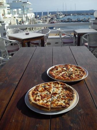 Piso Livadi, Yunanistan: pizza and view