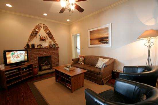 Lakeville, CT: Lakeside Cottage Living Room