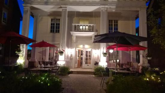 Joliette, แคนาดา: Devanture du restaurant en soirée
