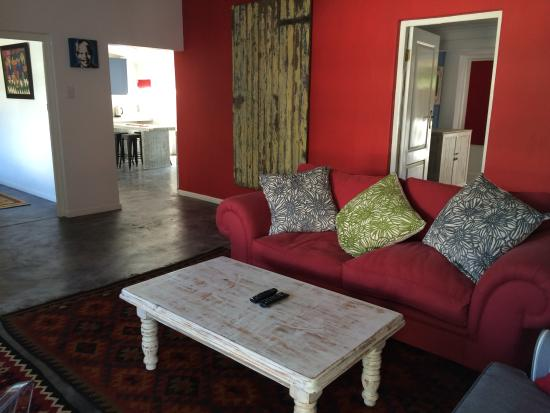 Hermanus Backpackers: Cosy Lounge in Cottage No 9