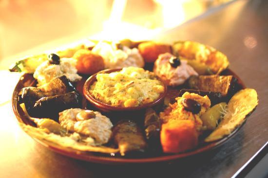 Julich, Almanya: Ein Teller für Genießer mit 5 verschiedenen Pasten, Oliven, Peperoni, Zucchini, Aubergine, Feta