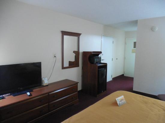 Auburn, AL: Room with room of dresser, microwave and mini fridge.