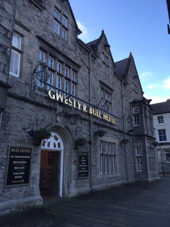 Llangefni, UK: Front of the Bull Hotel