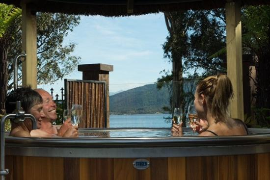 Te Anau Top 10 Holiday Park: Fresh Water Hot Tubs on site