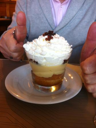 Saint-Nazaire-en-Royans, ฝรั่งเศส: un dessert baba au rhum avec caviar de rhum