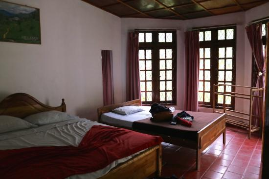 Diyaluma Falls Inn: Our room. Mosquito nets were put in at our request.
