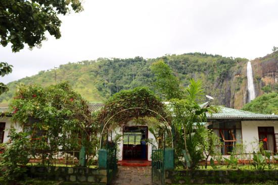 Diyaluma Falls Inn: The restaurant and hotel entry.