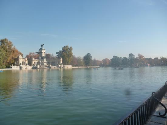 Lago del parque del retiro fotograf a de parque del for Parque del retiro barcas