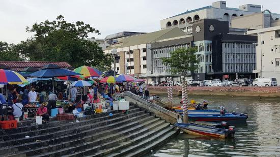 The Brunei Hotel: Das Hotel liegt gleich gegenüber des Marktes