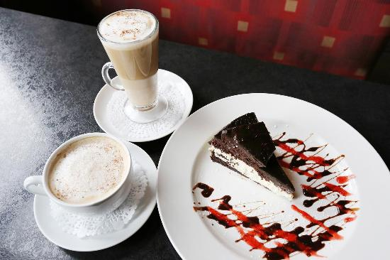 Symposium Cafe Restaurant & Lounge: Brownie Cheesecake