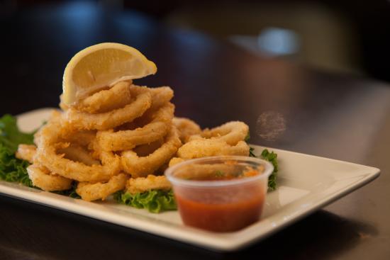 Symposium Cafe Restaurant & Lounge: Calamari appetizer