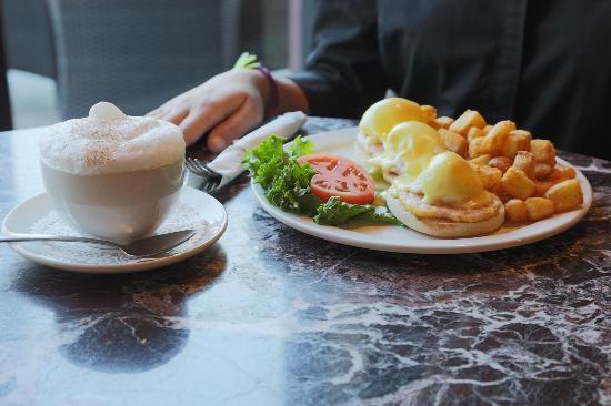 Symposium Cafe Restaurant & Lounge: Eggs benedict