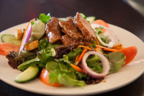 Symposium Cafe Restaurant & Lounge: Garden salad with JD steak
