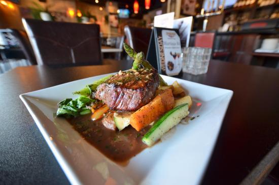Symposium Cafe Restaurant & Lounge: Steak dinner with veggies