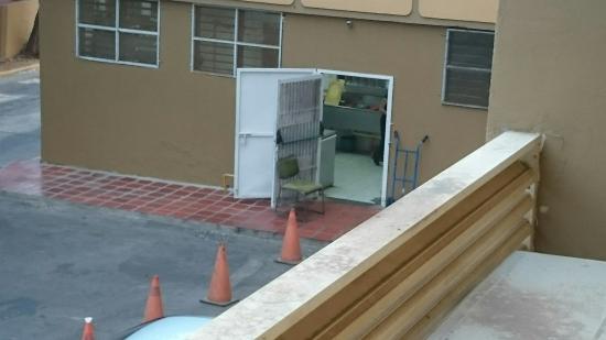 Hotel Cumberland Maracaibo: Almohadas sucias,  baños viejos y cocina desordenada y sin agua; nótese el muchacho llevando tob