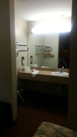 Montebello, CA: El lavamanos esta afuera