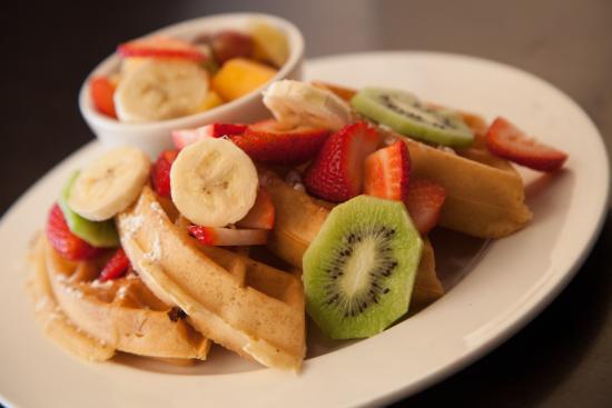 Symposium Cafe Restaurant & Lounge: Fresh made waffles with fresh fruits